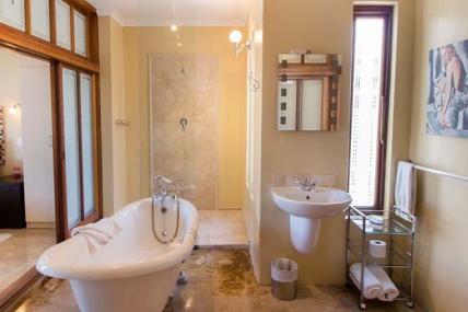 1563_1503492676-411222279_DWKV-classic-2bed-bathroom2[1].jpg